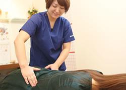 神戸市西区笑み整骨院:腰痛治療の施術写真