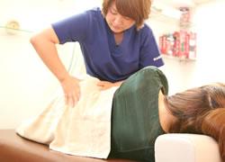 神戸市西区笑み整骨院:腰痛治療の施術写真02