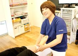 神戸市西区笑み整骨院:オスグッド治療の施術写真02