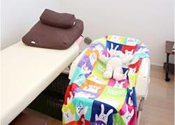 神戸市西区の笑み整骨院:個室・ベビーベッド写真