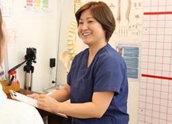 神戸市西区笑み整骨院:院長によるオスグッド治療の問診の様子01